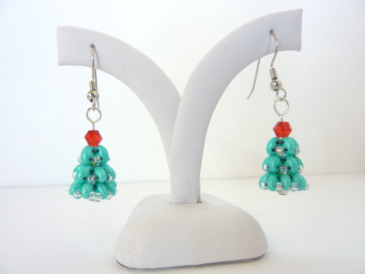 FREE beading pattern: Christmas Tree Earrings